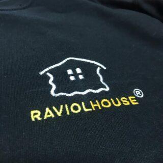 Logo ricamato su felpe crewneck 😎 @raviolhousegenova 🔥 • • • #promotionalproducts #picoftheday #genova #raviolhouse #divise #horeca #italy