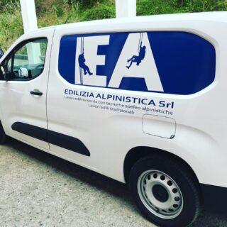Furgone personalizzato @edilizia_alpinistica 🤟🏻 • • • • #promotionalproducts #agency #pod #europe #furgone #adesivi #hd